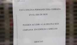 Cartel colocado en la puerta de la sucursal informando del cierre tras el atraco