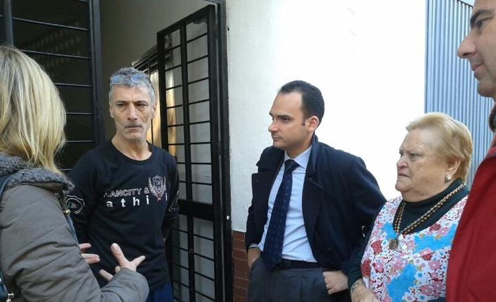 La directora, el delegado y un representante del grupo popular del distrito Bellavista-La Palmera hablan con dos vecinos del número 8 de la calle Burdeos