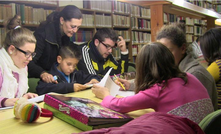Niños estudiando en la biblioteca de la asociación