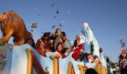 La carroza de Narnia lanza caramelos al aire