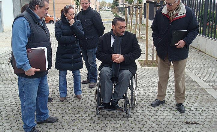 Juan García y los reprensentantes vecinales observan un excremento de perro.