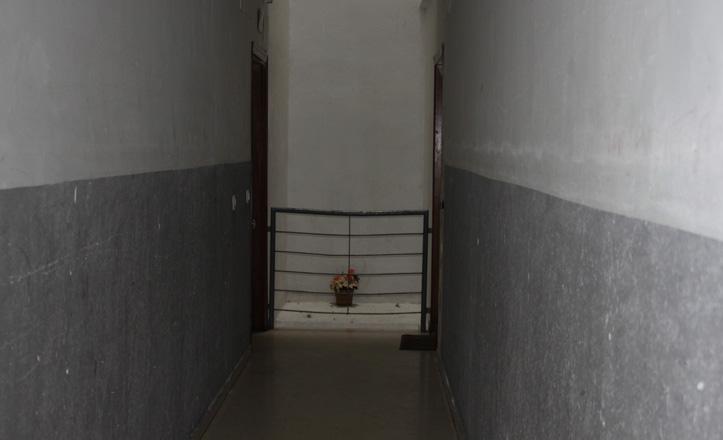 El pasillo de la primera planta del edificio con la barandilla rota