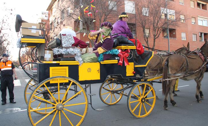 El Cartero Real en su carroza tirando caramelos en la avenida Reino Unido