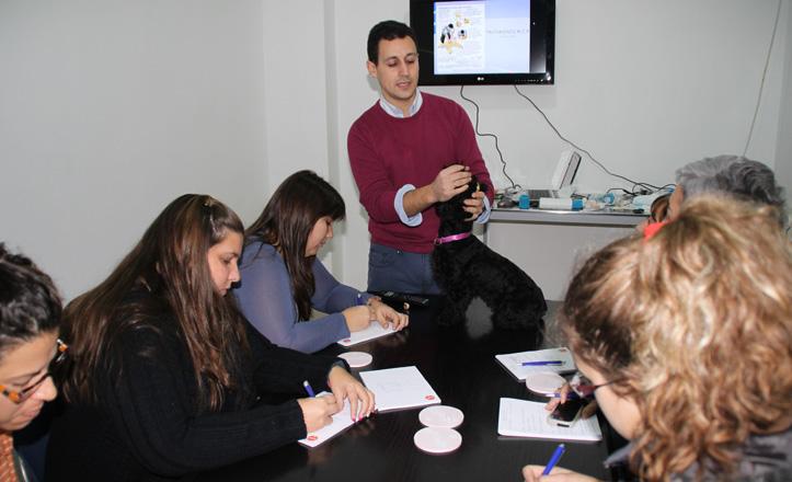 Daniel enseña a sus alumnos las inhalaciones con Kiwa