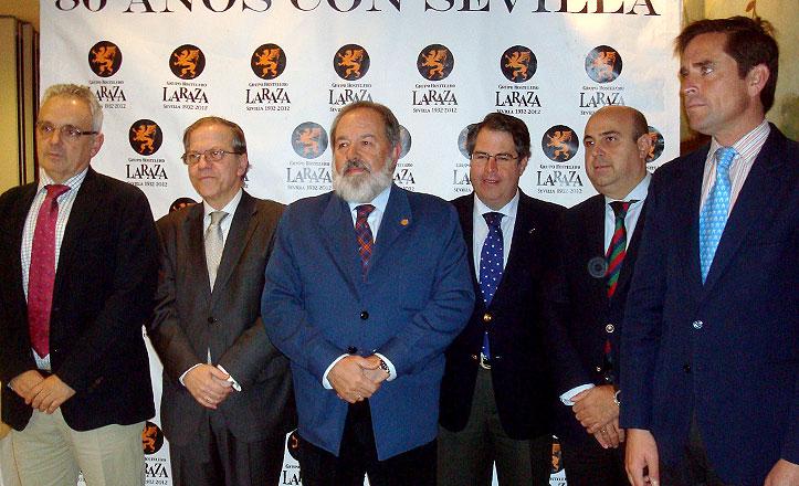 Los Reyes Magos, Alfonso Carmona (Melchor), José Luis Escañuela (Gaspar) y Eduardo Dávila Miura (Baltasar) con el presidente del Ateneo, Alberto Pérez Calero.