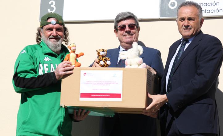 Jorge Morillo, Jose Antonio Vázquez y Rafael Gordillo posan con una de las cajas de juguetes