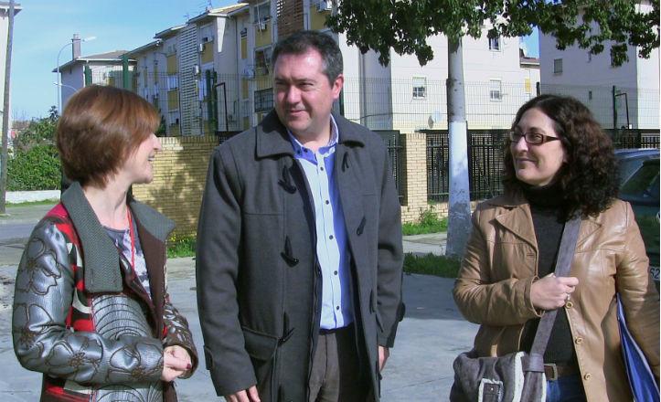 Juan Espadas en la visita al centro de educación permanente