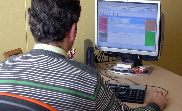 Un administrativo del centro usando la firma electrónica