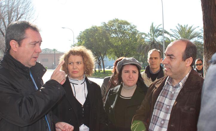 Juan Espadas y Adela Castaño hablan con los vecinos de la zona