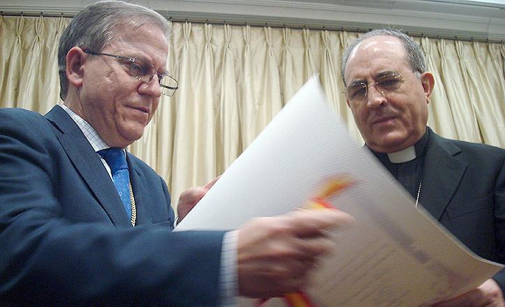 Pérez Calero entrega al arzobispo Asenjo la Medalla de Oro del Ateneo.