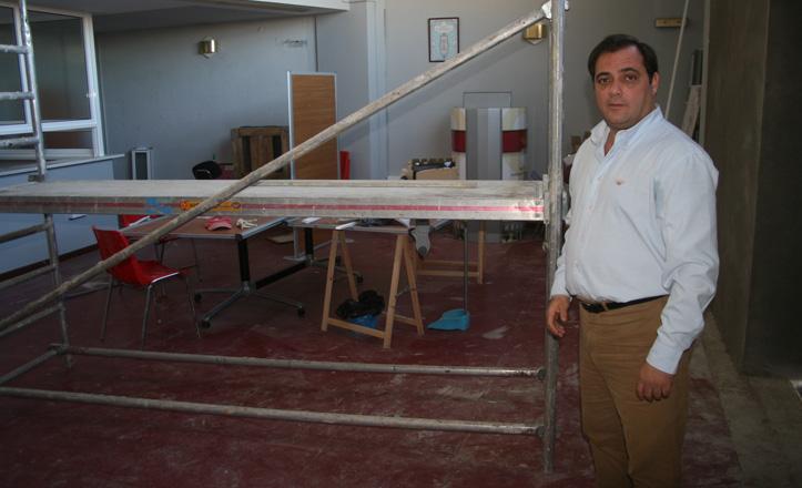 Jaime Ruiz posa junto a las obras de la sede del distrito