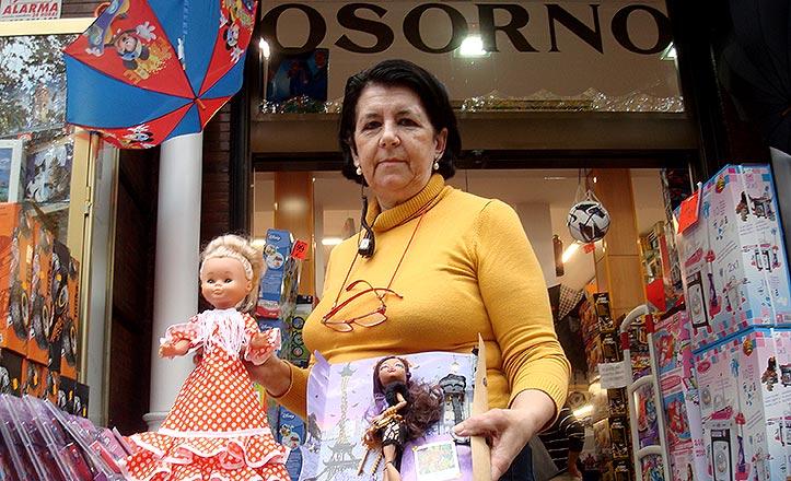 Antonia Aguilar posa en la puerta de Osorno con una Nanci y una Monster Hight