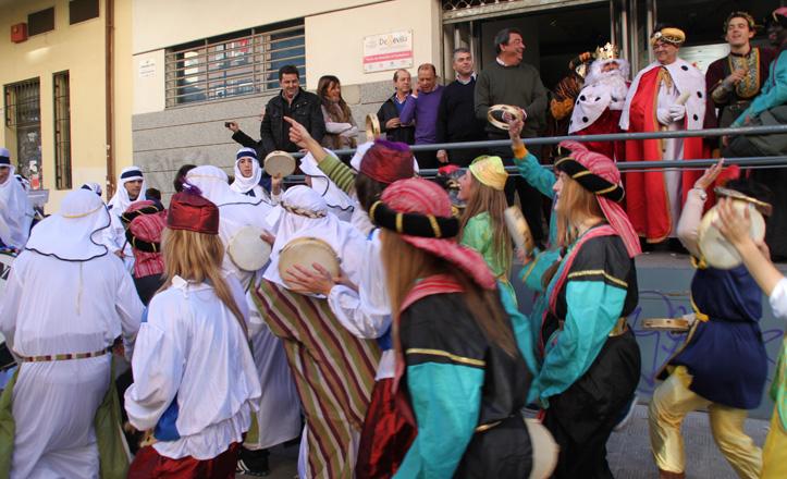 En la puerta del distrito el delegado con los reyes, el cartero y los pajes bailando