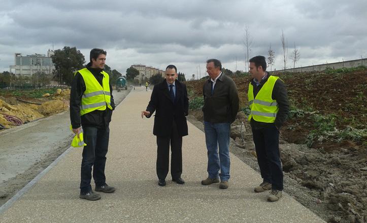 Rafael Belmonte junto a vecinos en la visita a las obras del Parque Guadaíra
