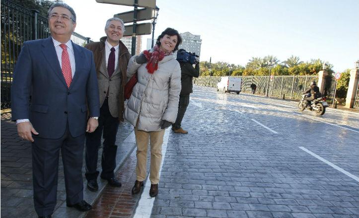 El alcalde de Sevilla, Juan Ignacio Zoido, junto al delegado de urbaismo, Maximiliano Vílchez, y a la delegada del distrito Nervión, Pía Halcón