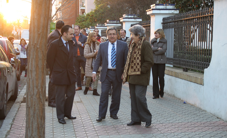 Juan Ignacio Zoido y Rafael Belmonte pasean junto a los vecinos por García Tejero