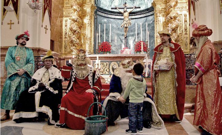 Los Reyes Magos en la entrega de juguetes