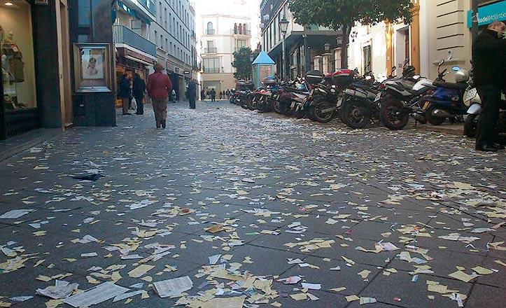 La calle Rioja cubierta de papeles por la huelga de Lipasam