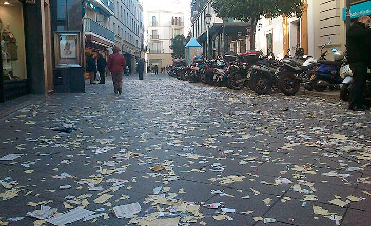 Papeles en el suelo en la calle Rioja por la huelga de Lipasam