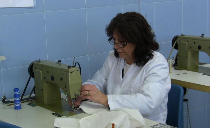 Una alumna del taller de costura