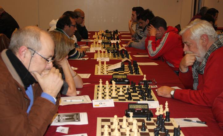 Una fila de jugadores de ajedrez durante el torneo