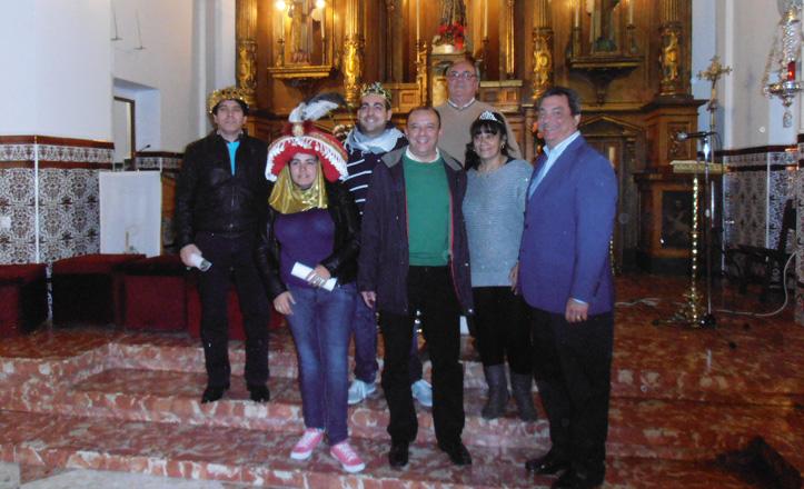Los reyes magos, la estrella de la ilusión y el delegado del distrito, Ignacio Flores, posan en la parroquia
