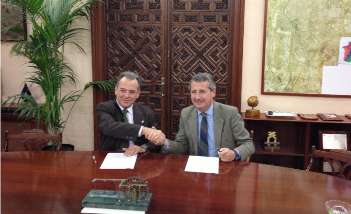 Francisco José Reyna Martín, como decano del Colegio Oficial de Peritos e Ingenieros, y Jesús Maza Burgos, consejero delegado de Emasesa, han firmado un convenio de colaboración