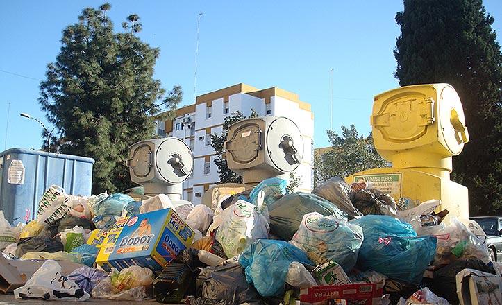 Basura en la calle Esparteros esquina calle Picapedreros