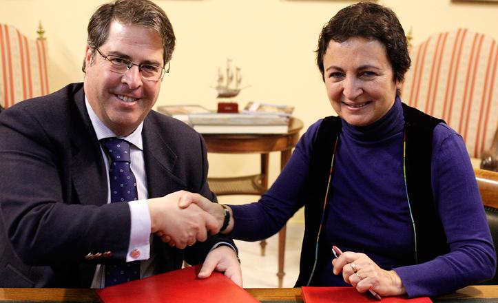 Gregorio Serrano y Margaret de Arco se dan la mano durante la firma del convenio