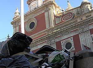 La plaza del Salvador con bolsas de basura