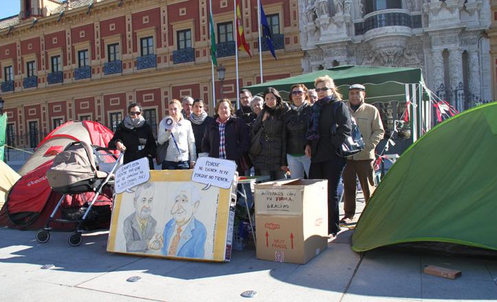 Los afectados posan con pancartas y megáfonos delante del Palacio de San Telmo