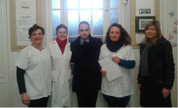 El delegado de Bellavista-La Palmera con las trabajadoras de la Unidad de Estancia Diurna Arcángel