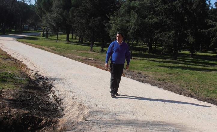 Ignacio Flores paseando por el camino estrenado