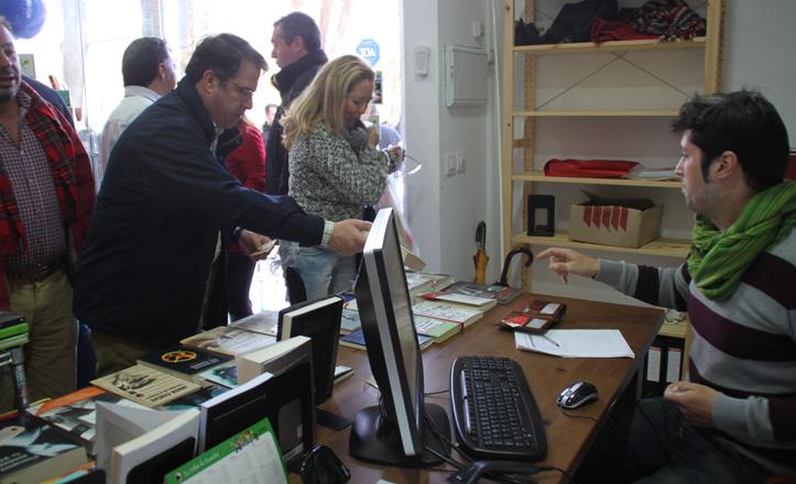 Gregorio Serrano comprando un libro en El oso y su libro