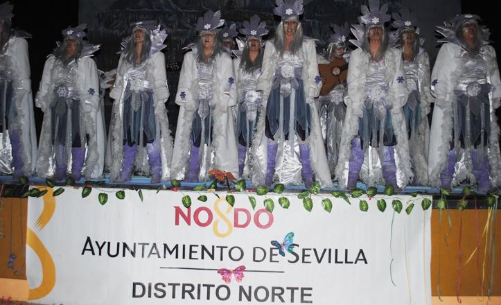 La comparsa La Ola durante su actuación en el concurso Ciudad de Sevilla 2013
