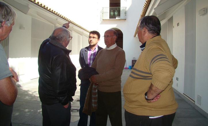 Joaquín Díaz con los vecinos del Corral de la Encarnación