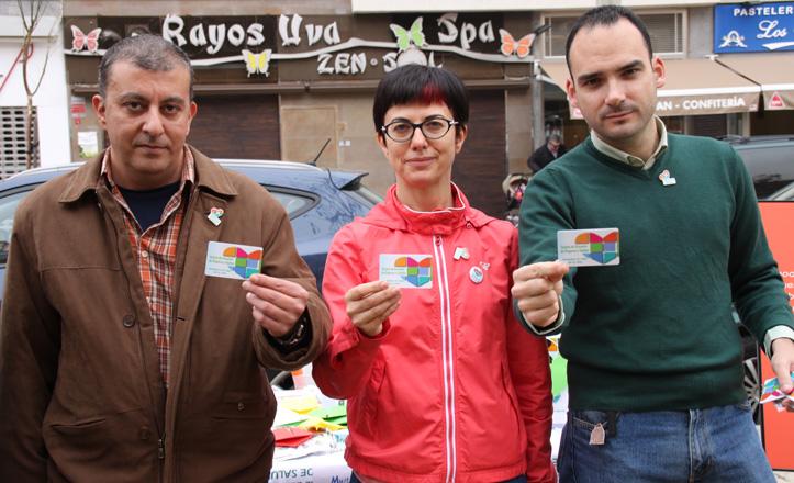 José Manuel Mira, Teresa Aldabó y Rafael Belmonte posan con su carnet de donante