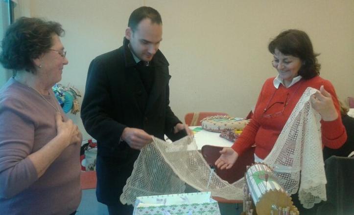 El delegado viendo uno de los trabajos de las alumnas del taller