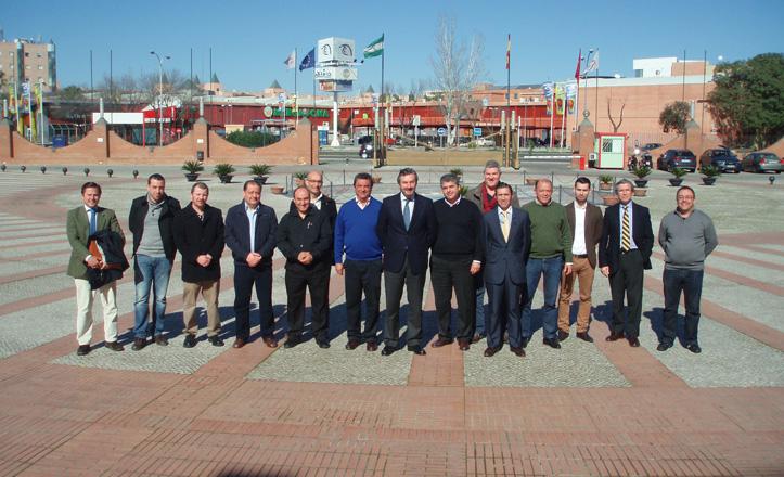Representantes del distrito, de Fibes y de los comerciantes posan ante el Palacio de Congresos