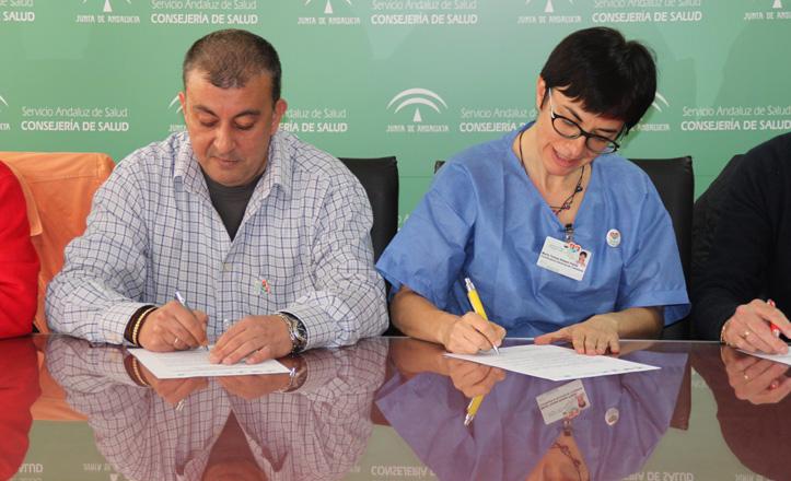 José Manuel Mira y la coordinadora de trasplantes firman el acuero