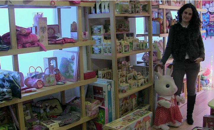 Sandra Matamoros en su tienda de juguetes, La Piola