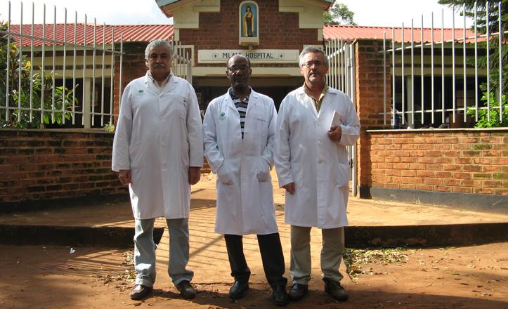 De izquierda a derecha: doctor Garrido, el anestesiólogo Frank Coq y el doctor Moro