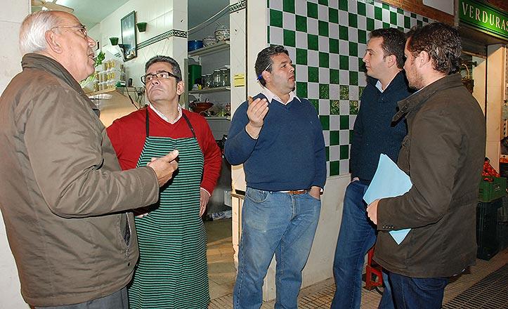 Miembros del PSOE con los placeros de Pino Montano