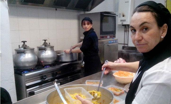 Mujeres cocinando en Abrecaminos del Sur