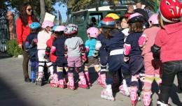 Los más pequeños se ponen en fila para comenzar el paseo por el barrio