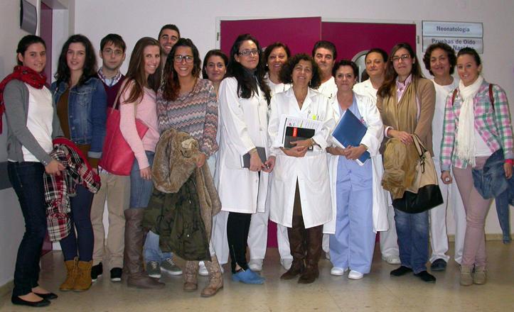 Los alumnos de enfermería posan junto al personal del hospital