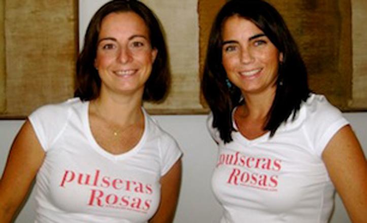 Soledad Cué y Carla Herrera posan con sus camisetas de Pulseras Rosas