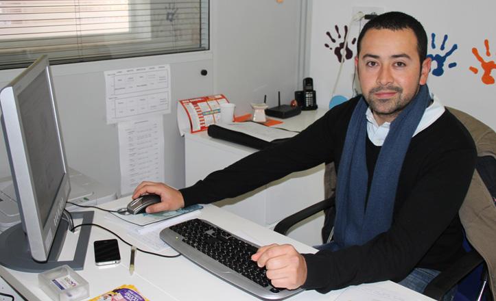 Jorge Arias en su mesa de trabajo