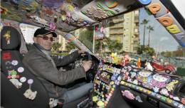 El taxista solidario, Rafael Segura Reyes, al volante / FOTO: J.M. SERRANO