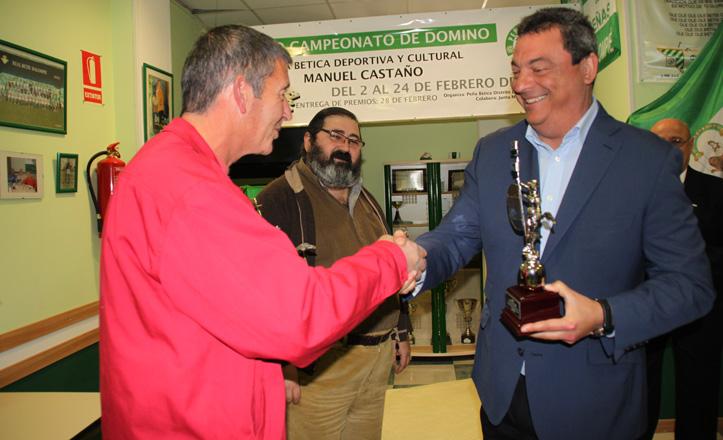 Ignacio Flores entrega el trofeo a la pareja ganadora